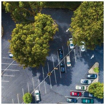 Více parkovacích míst